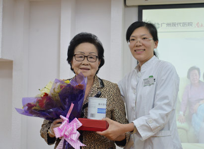 Dr. Ma Xiaoying awarded the prize and presents to Mrs. Songsri
