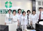 Pengunjung mengunjungi rumah sakit